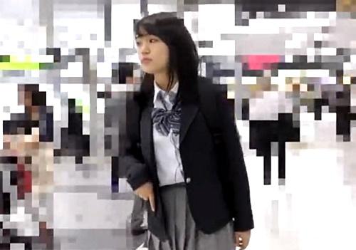 【盗撮】むっちり色白な放課後JKちゃん、前後からのダブル痴漢責めで恍惚の表情を披露してしまう