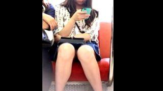 【ガチ】電車で撮影した私服JKの対面パンチラ。スマホばかり眺めているとこうなる