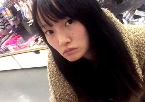 【盗撮バレ】ターゲットの女の子に隠しカメラをガン見されてしまう盗撮魔