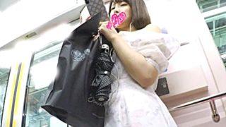 【逆さ撮り盗撮】美少女JDちゃんの陰毛スケスケのレースパンチラをフロントから見上げるアングルで