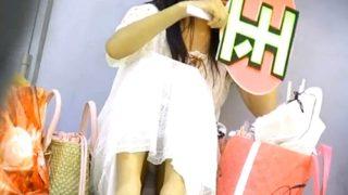 【街中パンチラ】ライブ待ちの私服JKちゃんの股間がゆるゆるすぎる件