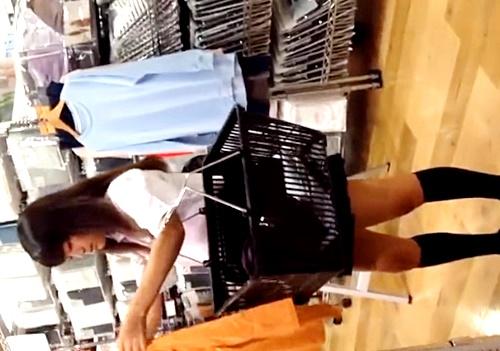 ママと一緒にお買い物中のJKちゃん、棚越しのしゃがみパンチラをがっつり盗撮されてしまう