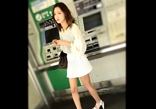 【逆さ撮り盗撮】ペラペラスカートの美人な私服OLさん、まさかのノーガードTバックを披露