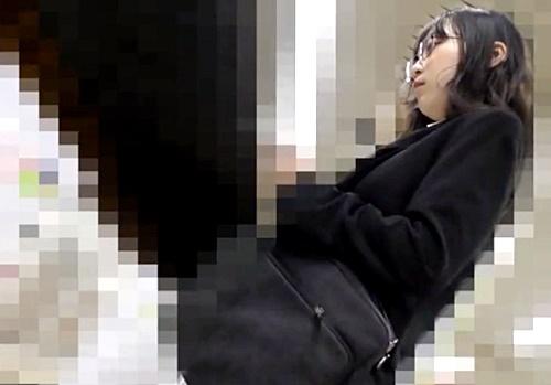 入社したての眼鏡OL、満員電車で早速痴漢の洗礼を受けてシミ付きぱんつで出社www