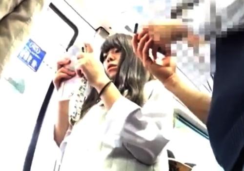 彼氏と電車下校中のJKちゃん、絶対知られたくないシミ付きぱんつを盗撮されるwww(動画)