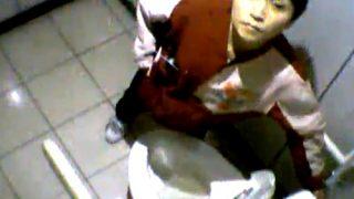 【ガチ】誰もが知っている超有名コンビニ店員のトイレ盗撮動画が流出。しかも最後はカメラ目線