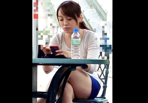 【盗撮動画】オープンテラスで休憩中のミニスカ美女のクッッッソエロイ座りパンチラがこちら