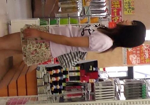 夏休みの私服中●生の水玉ぱんつをデジカメでフラッシュ手取りする危険人物