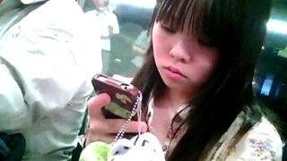 中学生疑惑の女の子にしつこく粘着するパンチラ盗撮動画、ガチでやばそう・・・