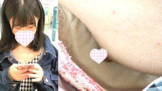 【胸チラ盗撮】駅のベンチで電車待ちしてる女の子の乳首が丸見えなんだが