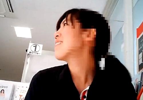 【盗撮動画】完全a●なんですが・・某大手携帯キャリアの制服店員のしゃがみパンチラが激ヤバ・・・