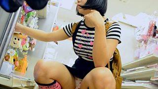 上京したての芋っぽいメスガキちゃん、リュックにスカートが挟まってぱんつ丸見えwww(動画あり)