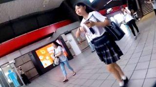 【現在入手不能】台湾JCを逆さ撮りするジャパニーズ盗撮魔の渾身の純白パンチラがこちら