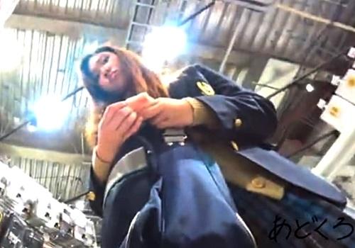 【微バレ】パンチラ盗撮されまくったギャルJKちゃん、隠しカメラの存在に気付いてしまう・・・