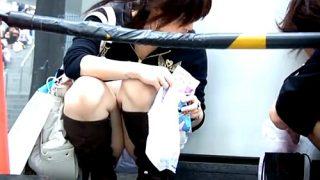 街角に座ってるミニスカギャルがぱんつ丸見えでワロタwwwww(動画あり)
