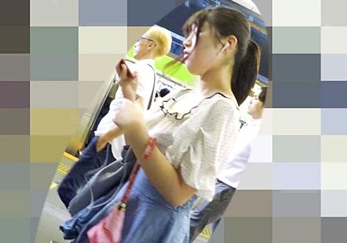 清楚系JDちゃん、電車内のドスケベフロントパンチラで男を抜かせにくるww(超高画質)