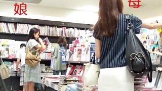 母(四十路)と、娘(JK)を本屋でまとめて逆さ撮りしたパンチラ親子丼www(動画あり)