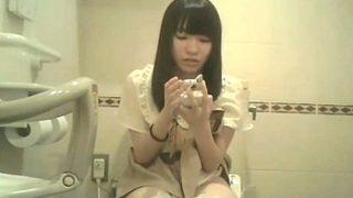 アイドル疑惑の素人娘をトイレ盗撮。ペチパンってこんななってんのな