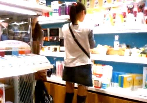 お買い物中のJCK3名の逆さ撮りパンチラ。ドット柄ロ●Pが最高っすwww(盗撮動画)