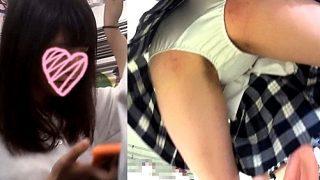 通学中の制服JKちゃん、白サテンPで盗撮カメラにヒップアタックwwww(逆さ撮り映像)