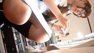 やっべぇww 制服店員のしゃがみパンチラ真正面からの盗撮に成功しちゃったよwww(動画あり)