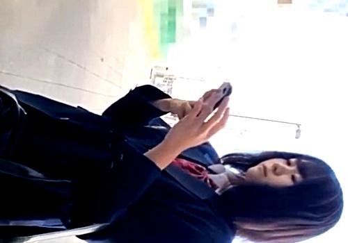 【※動画あり】ストーカー男、とんでもない大作JKパンチラ(21分22秒)をアップしはじめる・・・