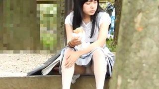 JC疑惑の美少女ちゃん、保護者同伴にもかかわらず座りパンチラを盗撮される・・(動画)