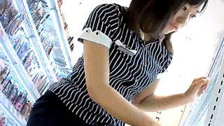 コスメショップの美人店員さん、エグいアングルのパンチラ盗撮被害にあうwww(動画あり)