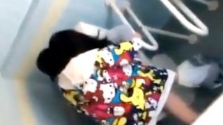 素人流出:撮影者「挿入ったん?」友達に煽られて公衆便所でSEXを撮影させるDQN学生カップル