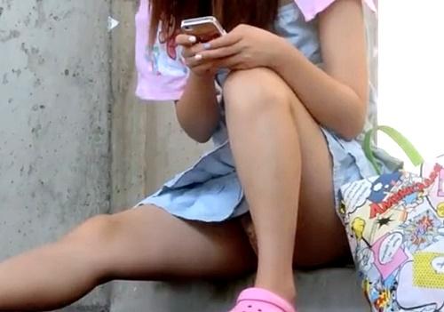 【盗撮動画】夏休みのヤンキー女子の昼下がりのひととき座りパンチラ