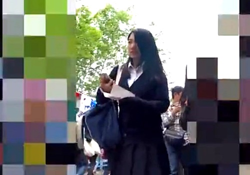 パンチラ小人目線☆☆ 清楚な見た目からの派手柄ぱんつが食い込みまくりのJKちゃん(動画)