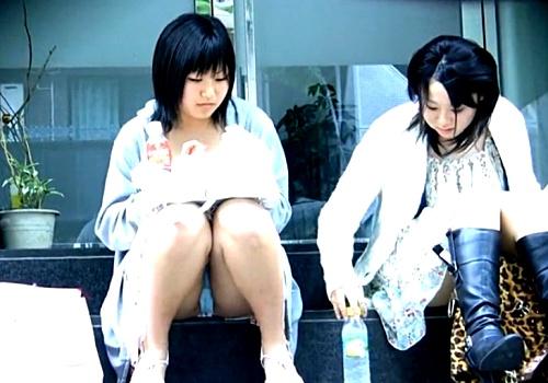 無警戒な私服JKの座りパンチラを超高画質カメラで盗撮した動画(16分)、エロすぎてシコ不可避www