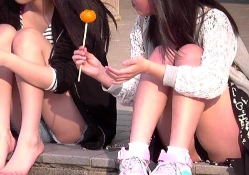 【盗撮動画】思春期少女たちの座りパンチラが撮り放題の穴場スポット見つけたったwwww