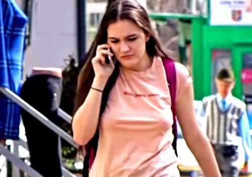 ノーブラポチがデフォの美女さん、ただ歩いているだけで乳が揺れまくるwww(スロー映像有り)