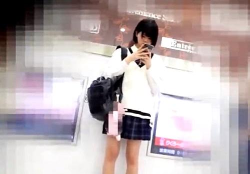 発展途上のスレンダーJKちゃん、フロント撮りでぴったりサテンPからハミ毛www(逆さ撮り動画)