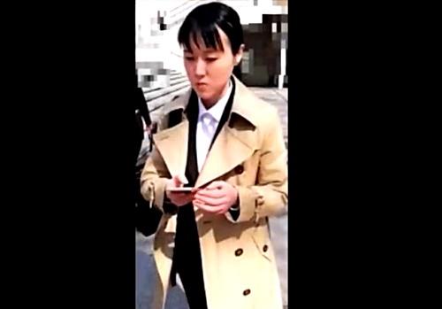 就活生の定番コートを着たリクスーJDちゃん、スト越しの純白パンティーを手撮りで盗撮される