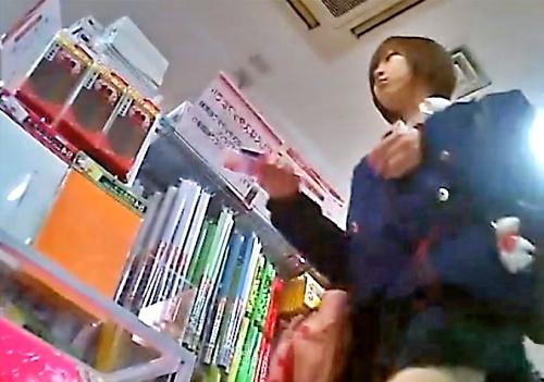 【盗撮】生意気そうな美少女JKのレース付きぱんつ逆さ撮りしてみた(靴下直しシーン有り)