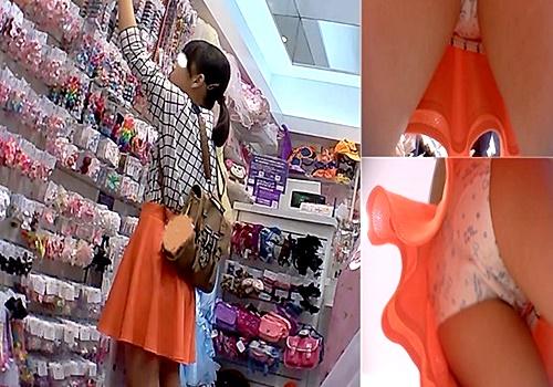 【動画】お買い物中の私服娘のCUTEな綿製プリントぱんつ(フロント逆さ撮りシーン有り)