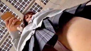 下校途中のJKちゃん、ピンクのパンツをフロント側からがっつり逆さ撮りされるww(盗撮動画)