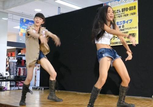 美少女JKの2人組ローカルアイドルさん、超ミニ丈デニムショーパン衣装での本格派ダンスで隙間パンチラ(動画あり)