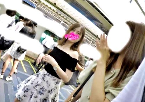 """お友達と電車移動中のハイスペJDちゃん、逆さ撮りで """"ピンクP"""" と """"ハミ毛"""" を撮影されるwwww"""