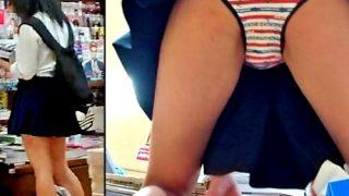 【逆さ撮り盗撮】書店の陰キャJKちゃん、ぱんつはド派手な縞パンを着用していたwwww