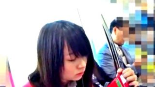【盗撮動画】色白黒髪JKちゃんのくしゅくしゅサテンパンチラを通学路で追い撮り