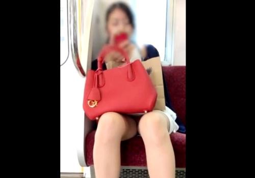 """【盗撮動画】電車で """"8分以上"""" ピンクのパンティが見えっぱなしのOLさんが見つかるwwww"""
