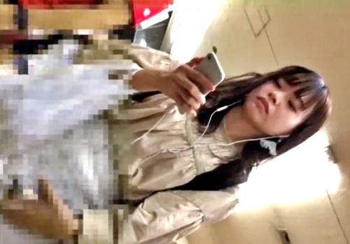 """ゆるかわJDちゃん、満員電車で """"11分以上"""" に渡って純白パンツを逆さ撮りされる(フロントがっつり)"""