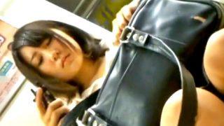 通学電車でも目立ちまくりのアイドル顔美少女JK、純白すぎるサテンPを逆さ撮りされる