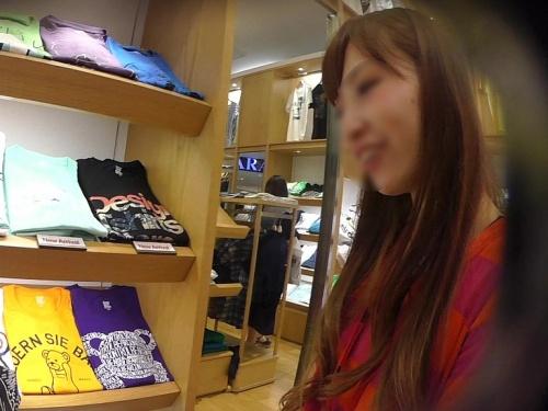 真面目に働く茶髪の美人ショップ店員さん、欲求不満な紫テカリパンティーだったww【逆さHERO】