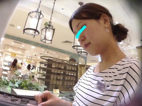 「ペアリングを探しに...」ジュエリーショップの清楚な店員さんの食い込み白パンティーを接客盗撮【逆さHERO】