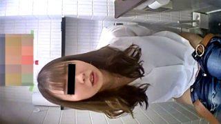 美女達のあられもない放尿シーンを目の当たりにする『正面から失礼します。』とかいうガチトイレ盗撮動画、エロすぎるw