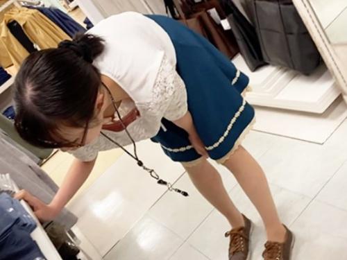 デパートのメンズ系アパレルショップのメガネ店員、腕時計型カメラで乳首まで丸見えにされるwww【コス生】